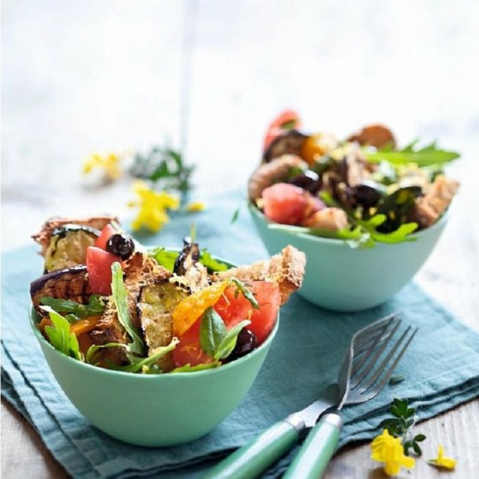 ensaladas casera super ricas, propuestas de ensaladas para cenar, ensalada con berenjenas a la parrilla, verduras, tomates y aceitunas