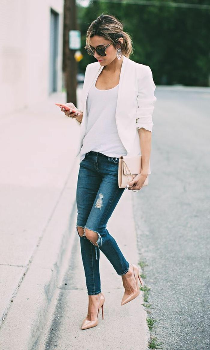 ejemplos de outfits business casual para hombres y mujeres, moda casual hombre y mujer, vaqueros rotos, tacones altos y chaqueta casual