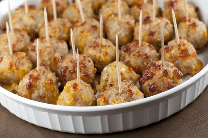 ideas de entrantes faciles para cenar, bolas de salchichas y queso amarillo, originales propuestas de bocados fáciles