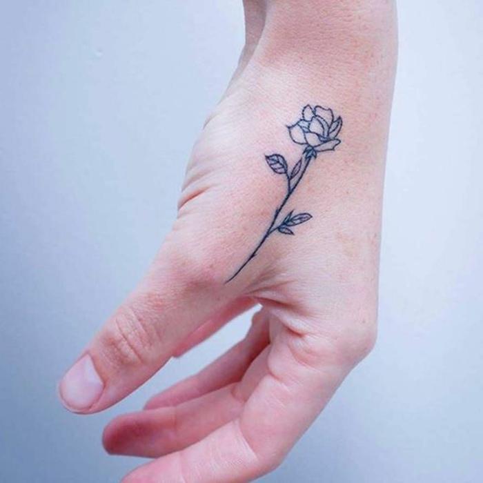 rosa tattoo en la mano, precioso diseño de tatuaje minimalista, tattoo bonito con tinta negra