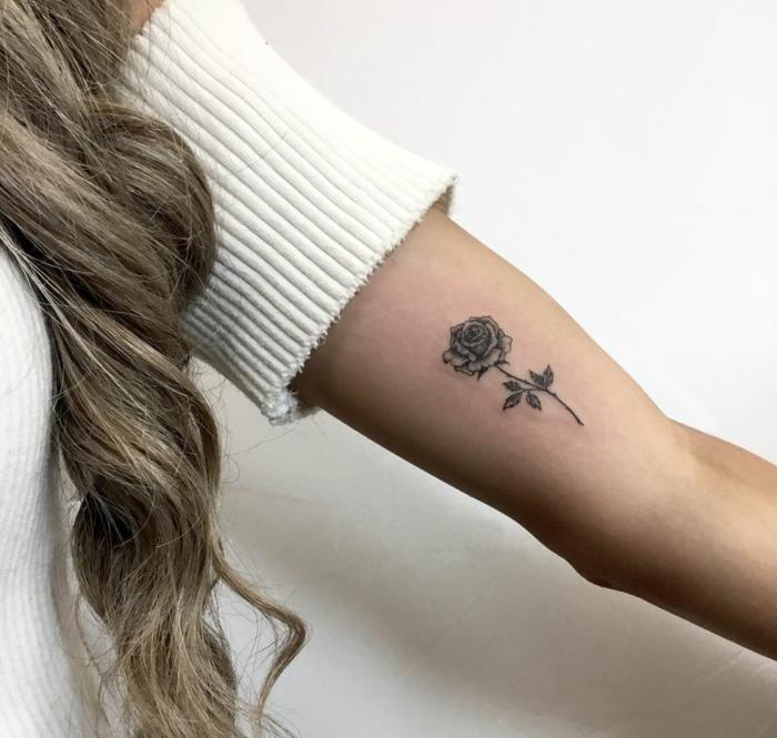 rosa tattoo en el brazo, precioso tatuaje con tinta negra con fuerte significado, tattoos de flores bonitos