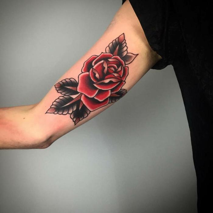alucinantes ideas de tatuajes brazo hombre con flores y rosas, tatuaje de rosa en estilo old school