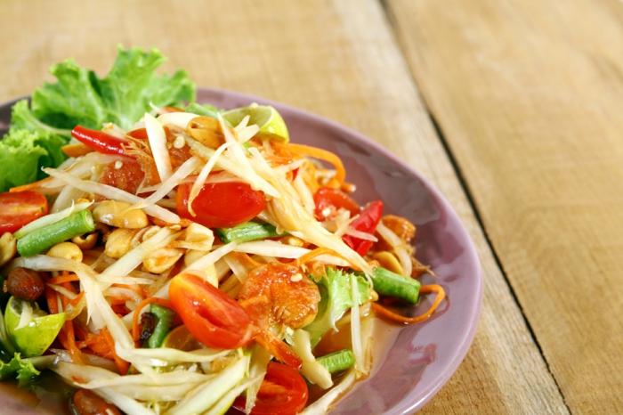 ensaladas para cenar fáciles y rápidas, ensalada con lechuga, judías verdes, tomates cherry y gambas