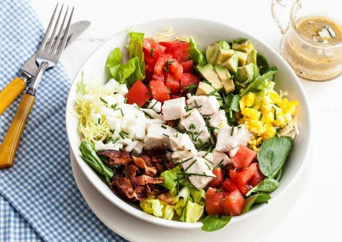 ideas de ensaladas saludables en 80 imagines, ensalada con verduras, aguacate, pollo y tocino