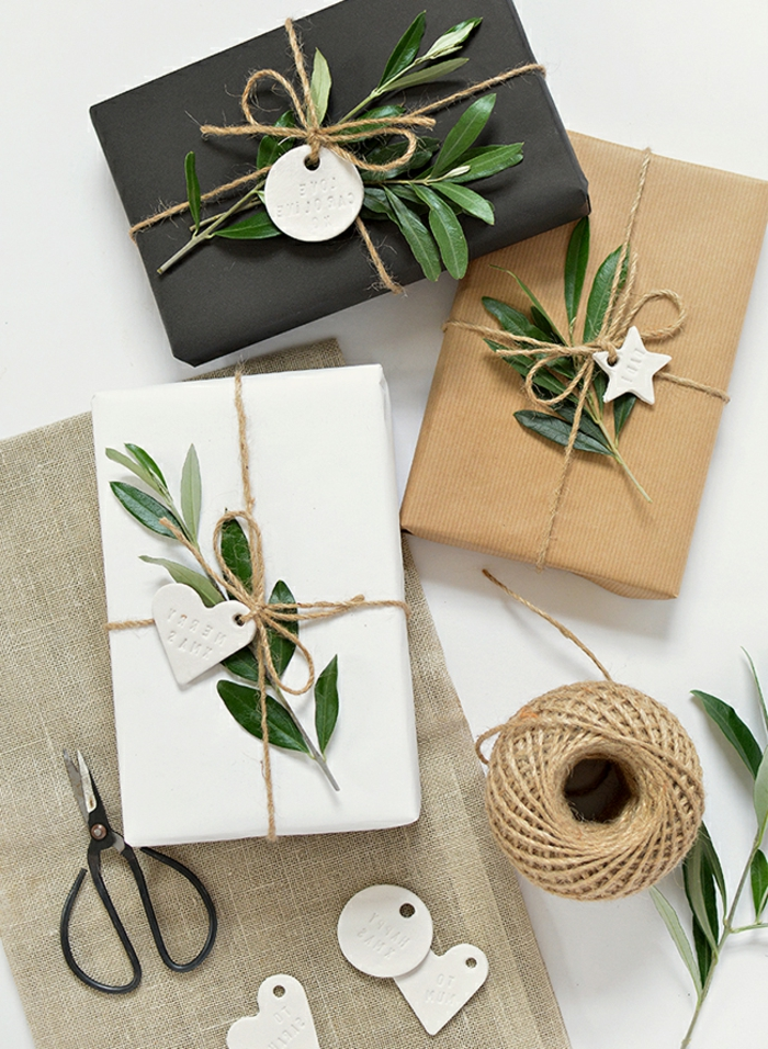 bonitas propuestas de envolver regalos de forma original, papel embalaje, plantas verdes y detalles de arcilla