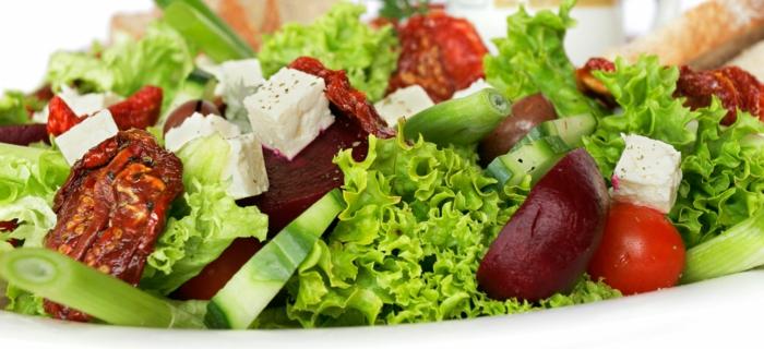 propuestas de ensaladas para adelgazar en imagines, ensalada con lechuga, pepinos, remolacha, tomates y queso blanco