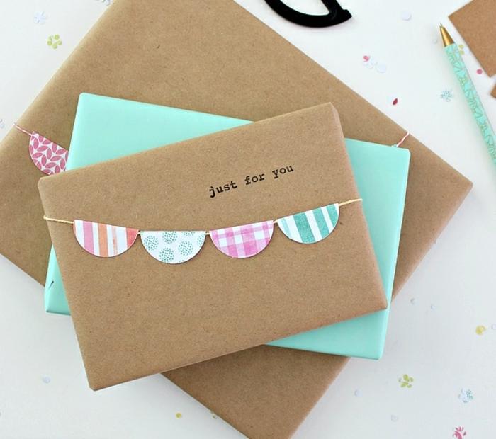 simpáticas ideas sobre cómo, envolver regalos de forma original, guirnalda de papel decorativo