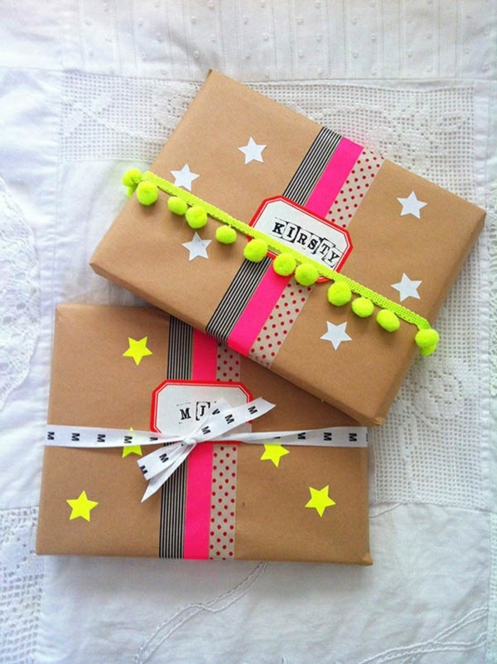 paquetes envueltos en papel craft con detalles coloridos, decoración con washi tape y cintas decorativas