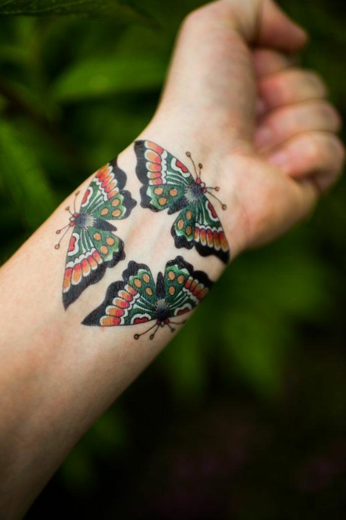 ejemplos de tatuajes en la muñeca con mariposas, tattoo colorido con mariposas en estilo old school