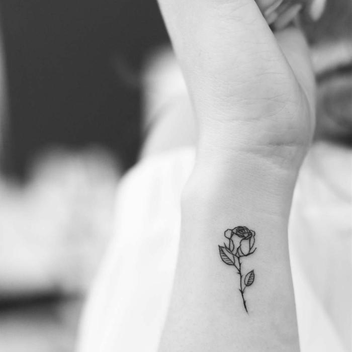 precioso tatuaje de tamaño pequeño en la muñeca, diseños de tatuajes delicados y elegantes