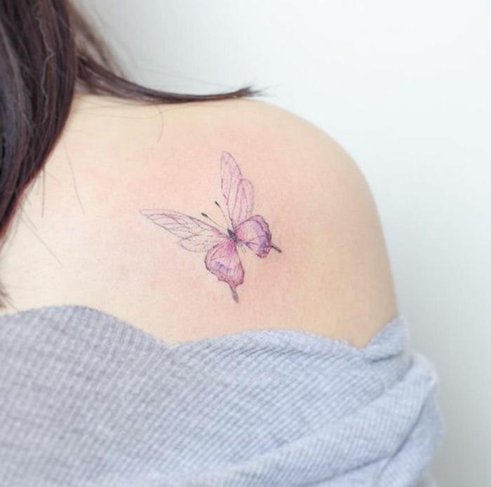 ideas de tatuajes hombro mujer en colores pastel, delicados y originales tatuajes con significado