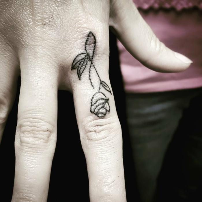 pequeño tattoo en el dedo con rosa, dibujos de rosas bonitos en estilo minimalista, más de 100 imagines con tattoos rosa