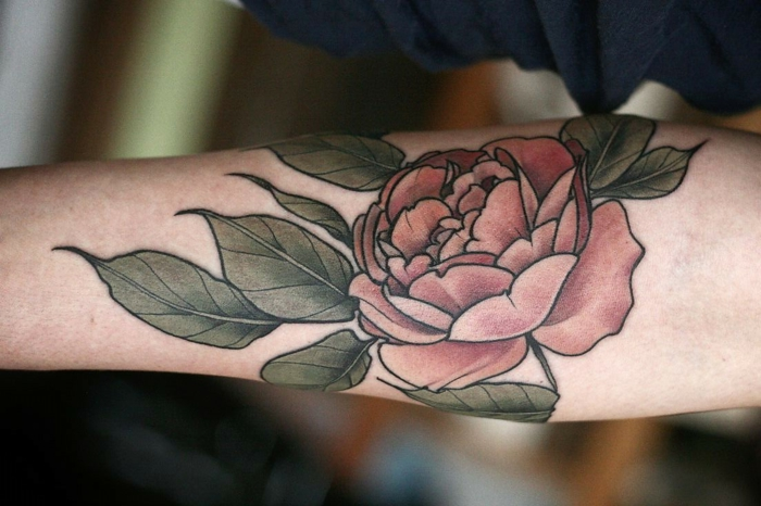 ideas de tatuajes brazo hombre, grande rosa en estilo old school tatuada en el antebrazo