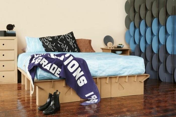 cómo decorar una habitación con mucho encanto, dormitorio moderno con muebles con carton originales