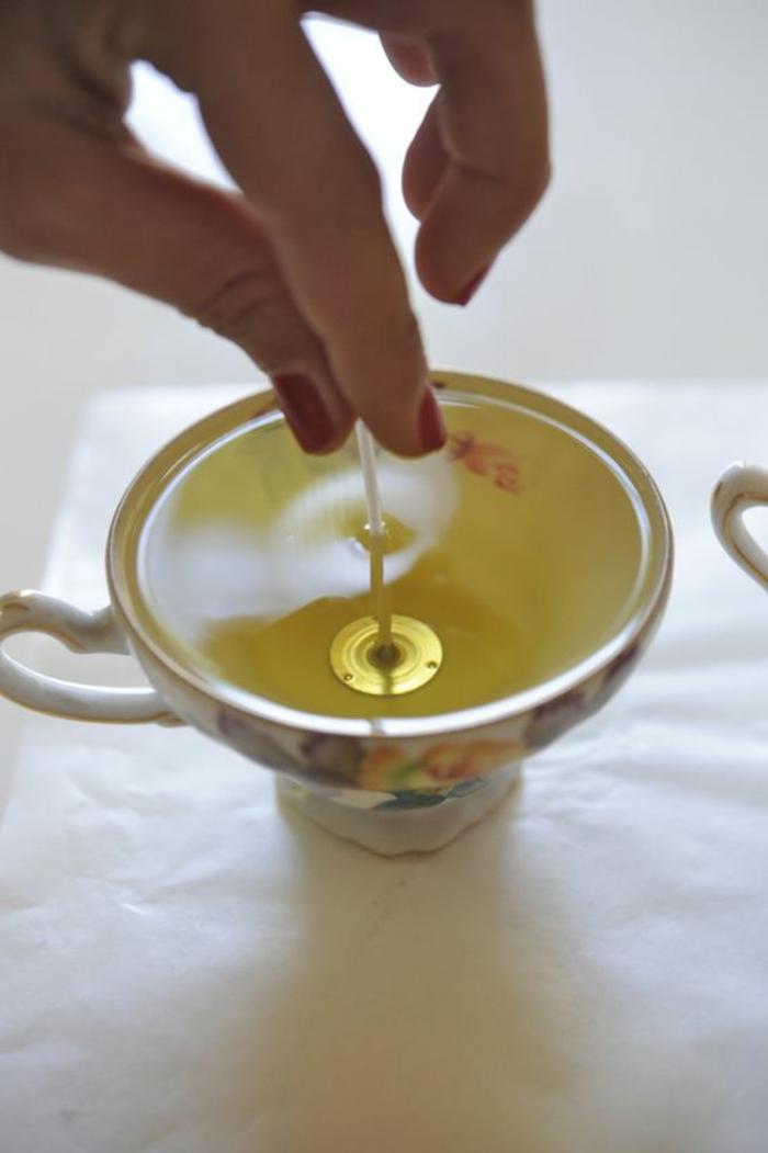 técnicas sobre cómo hacer velas en imagines, taza de porcelana decorativa con vela DIY