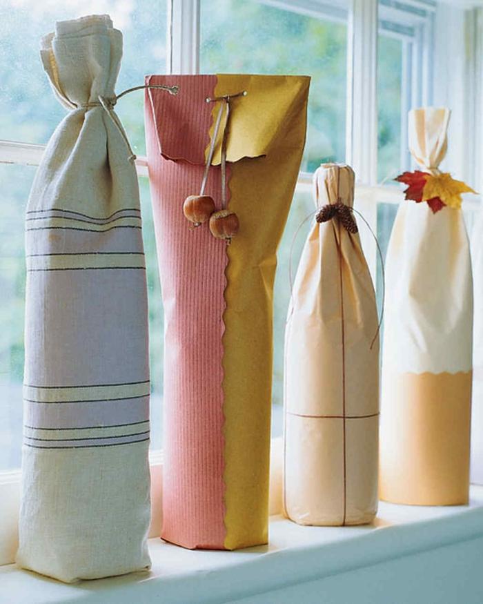 como envolver botellas para regalar, ideas de regalo aniversario envuelto de manera original