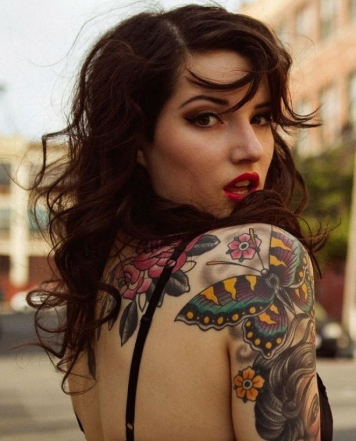 tatuaje old school en el brazo en colores, dibujos de mariposas y tatuajes que inspiran en 80 fotos
