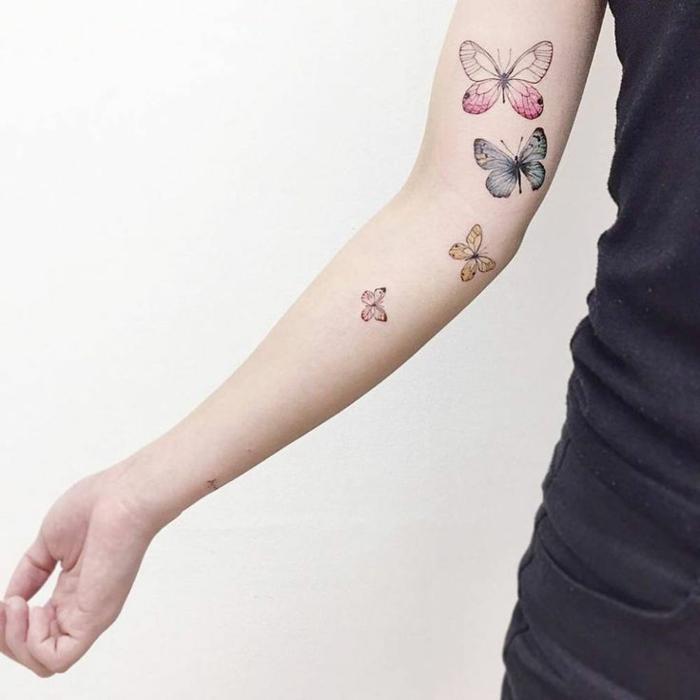 brazo entero tatuado con mariposas en diferente color, dibujos de mariposas y tattoos originales