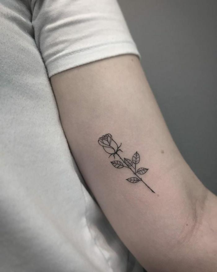 pequeño tatuaje en el brazo con rosa, detalles pequeños tatuados en los brazos, simbologia de los tattoos con rosad