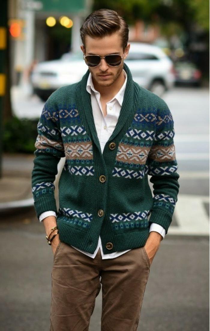 las mejores propuestas de outfit hombre estilo casual elegante, chaleco en color verde y pantalón beige, ideas moda casual hombre