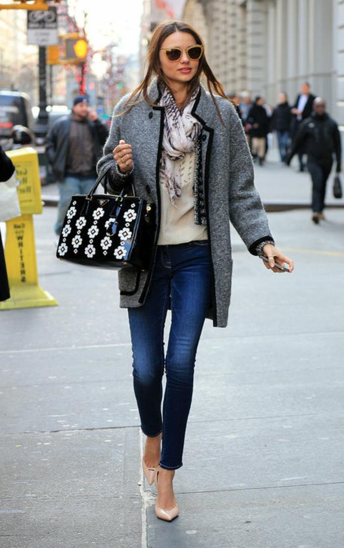 precioso outfit mujer con vaqueros pitillo oscuros, tacones altos y abrigo color gris claro
