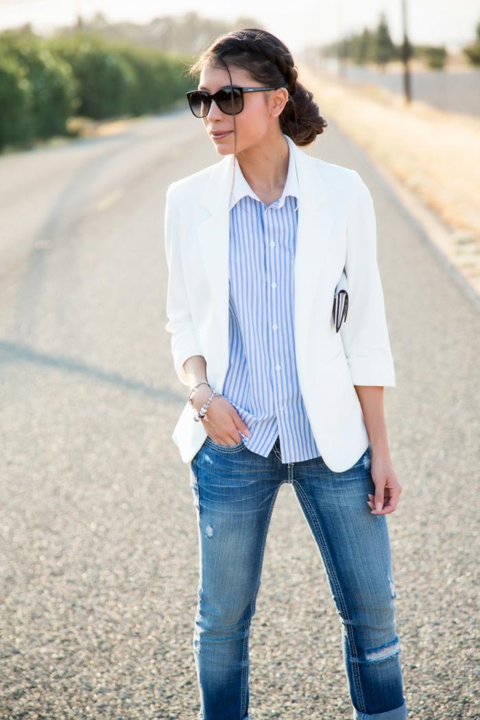 ropa de moda para hombre y mujer en estilo business casual, vaqueros pitillo lavados, camisa en rayas en blanco y azul y chaqueta blanca