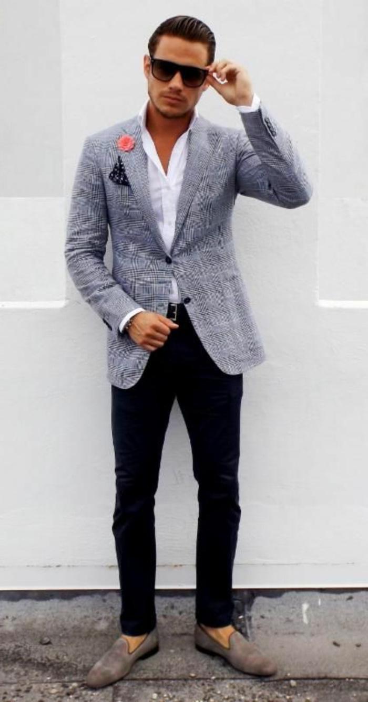 pantalón moderno negro en forma de pitillo con zapatos de cuero color beige y chaqueta gris