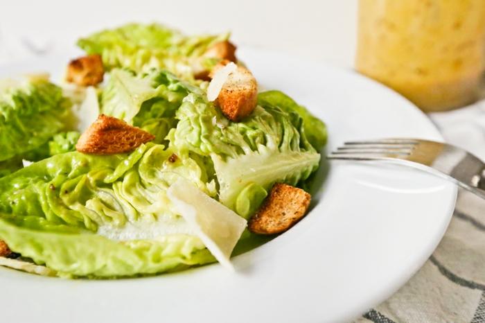 ideas de ensaladas saludables, versión de ensalada caeser sin salsa, fotos de ensaladas con recetas originales