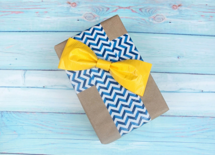 caja de papel regalo con decoración bonita con washi tape en azul y blanco y lazo color amarillo
