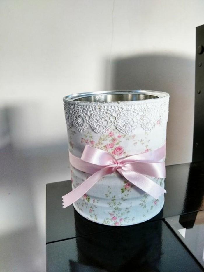 adorables propuestas sobre cómo reciclar latas para decorar la casa, lata adornada con tela con elementos florales