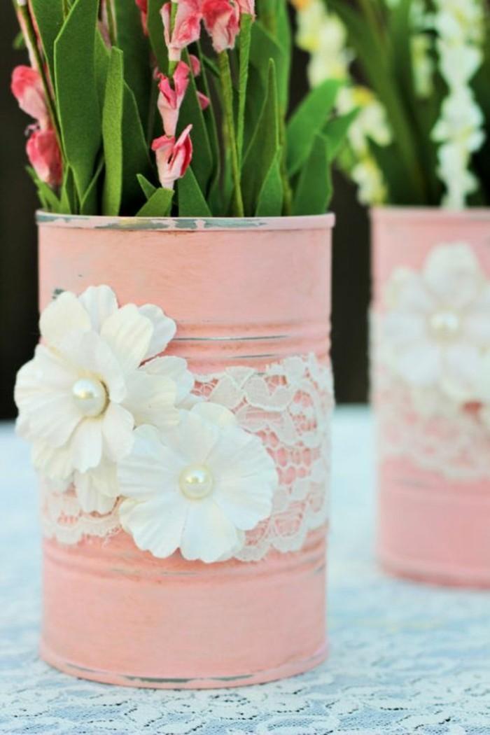 reciclar latas para hacer hermosas maceteras DIY, macetas pintadas en color rosado decoradas con encaje y flores
