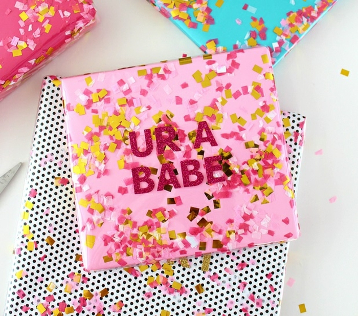 envolver regalos de forma original para el Día de San Valentín, decoración con letras de papel brillante