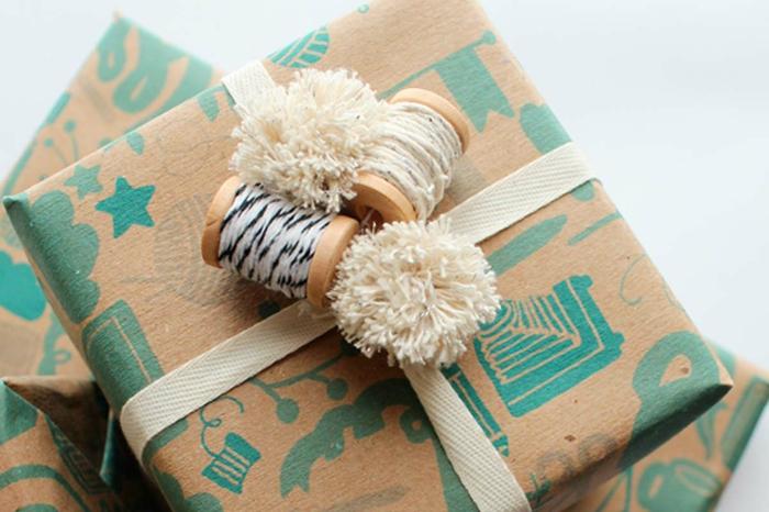 papel de regalo estampado color beige con dibujos en verde, detalles originales para decorar