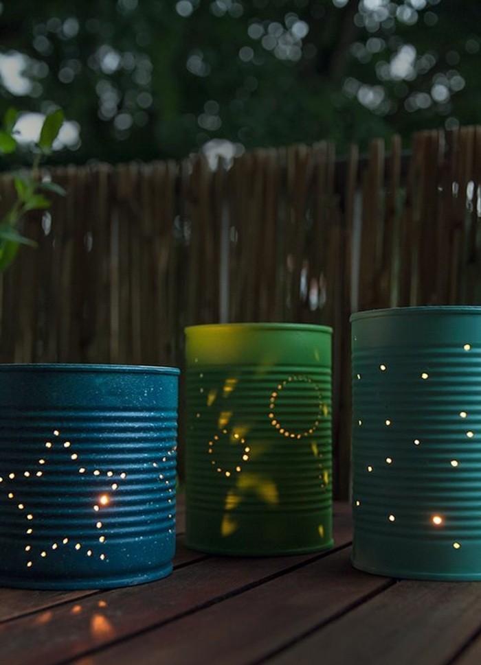reciclar latas para hacer linternas caseras y decorar el patio, latas pintadas en colores con figuras