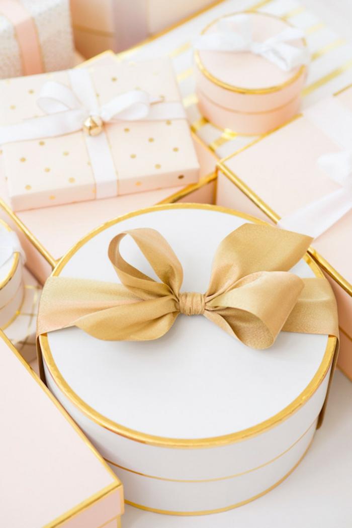 cajas de regalos super bonitas adornadas con cintas decorativas en color dorado, preciosas ideas en imagines