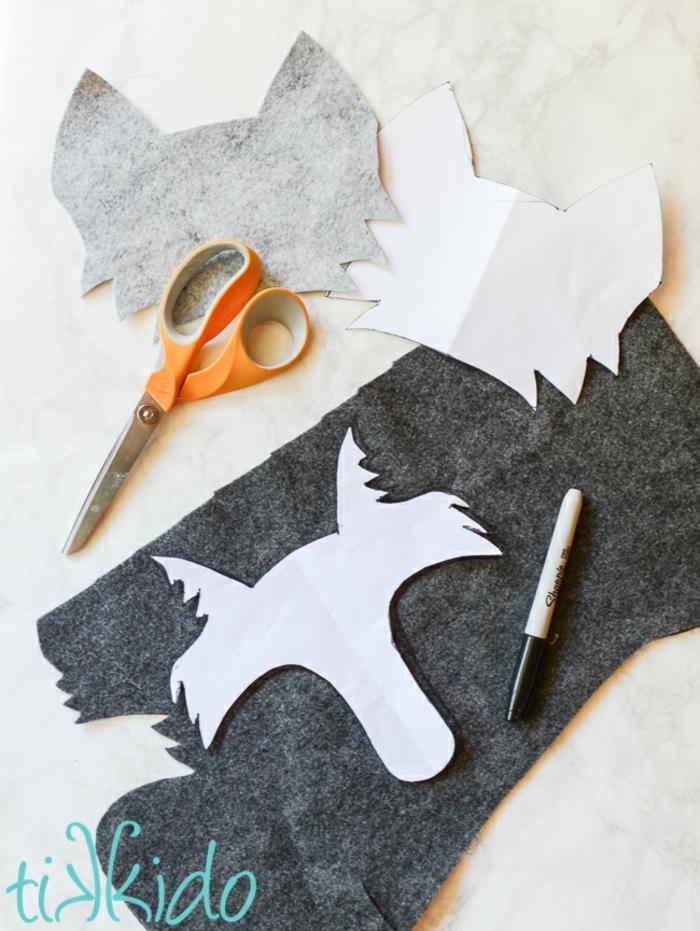 materiales necesarios para hacer una decoración con fieltro para envolver un regalo infantil