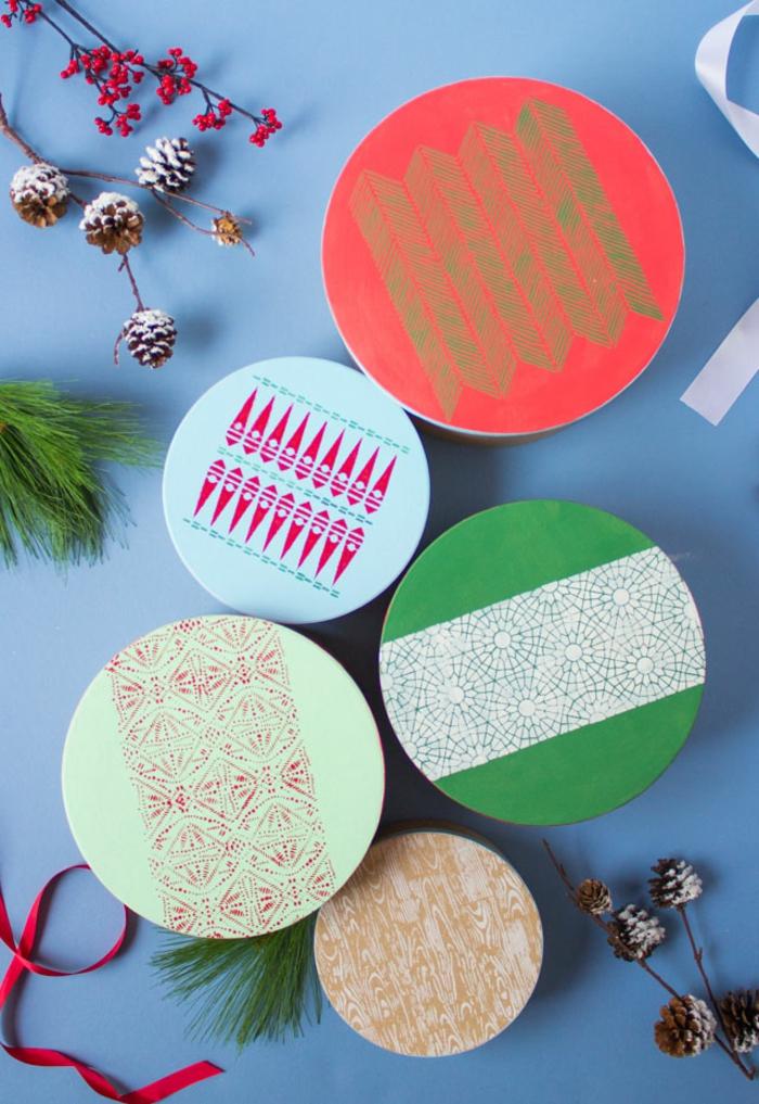 cajas para regalos decoradas a mano, cajas en diferentes colores con estampados DIY, tutoriales sobre como envolver un regalo original