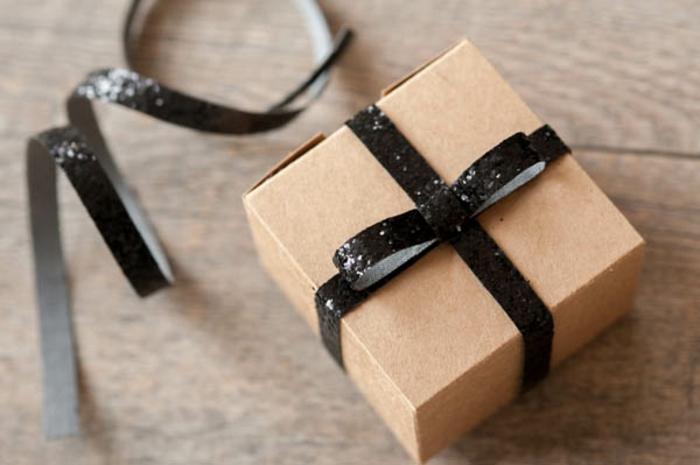 ideas sobre como hacer una caja de papel paso a paso, decoración cinta negra brillante
