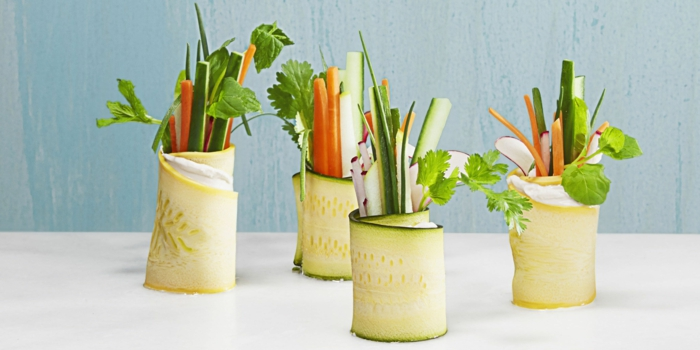 las mejores propuestas de aperitivos frios, rollitos de primavera con calabacines, zanahorias y perejil
