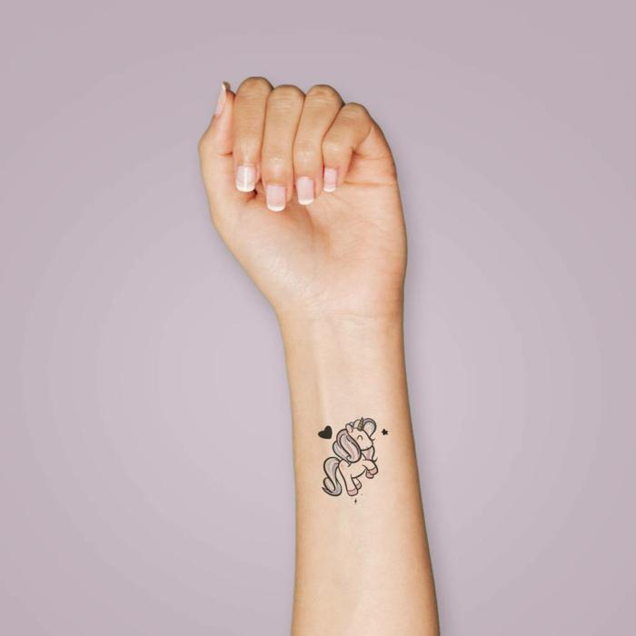 tatuajes originales temporales, pequeño unicornio tatuado en el antebrazo, diseños de tattoos mujer