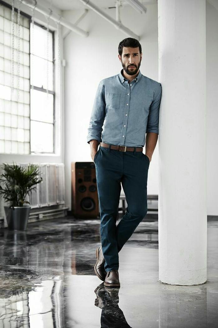 bonitas ideas de ropa de moda para hombre, outift moderno y elegante, pantalón color verde oscuro y camisa color azul claro