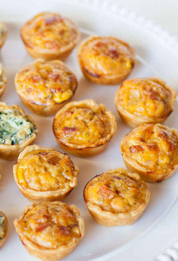 mini tartas saladas con quesos, salchicas y espinacas, entrantes fáciles y creativos para sorprender a tus invitados