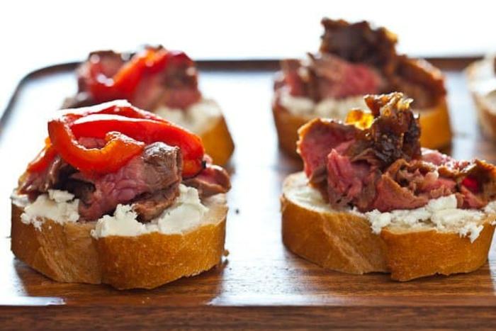 tostadas con crema de queso, carne de ternera cocido y pimientas rojas, ideas sobre como hacer canapes