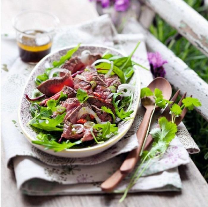 ideas de ensaladas para cenar fáciles y rápidas, ensalada con carne de ternera, verduras y cebolla