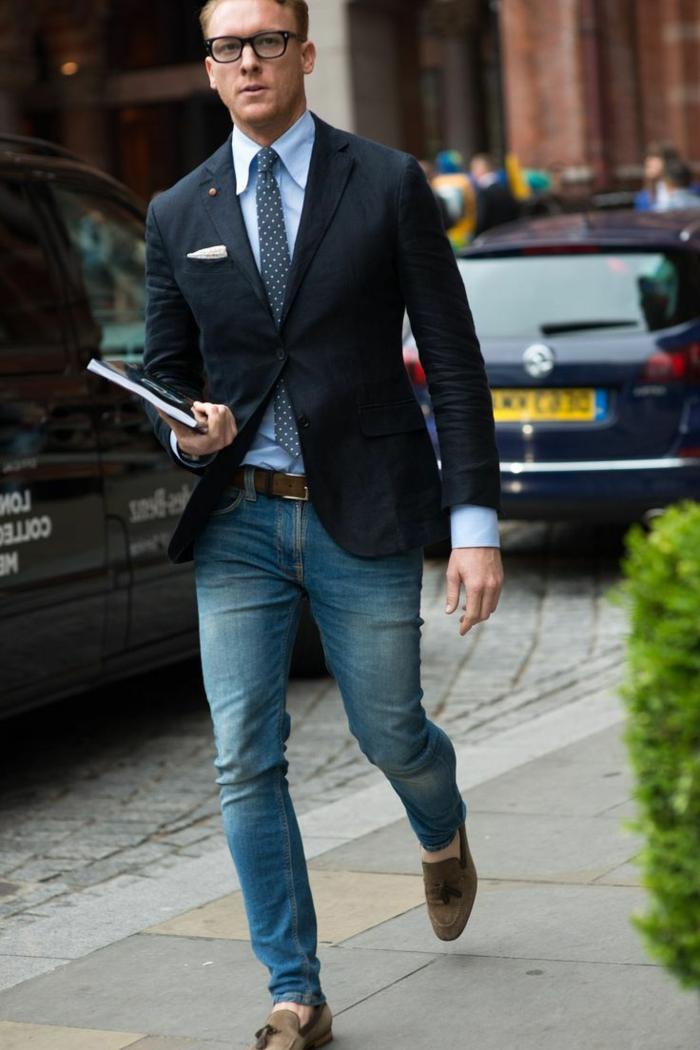 fotos de traje casual hombre, traje negro elegante combinados con vaqueros lavados corte pitillo y camisa color azul claro