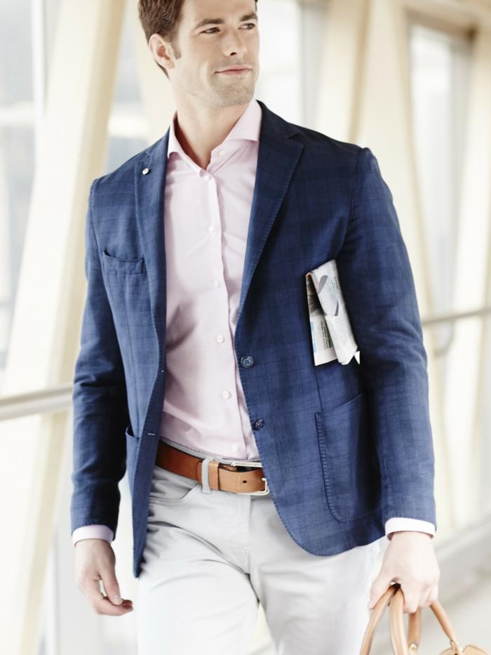 ideas de traje casual hombre, pantalón blanco moderno con cinturón de cuero, camisa en rosado y chaqueta color azul indigo