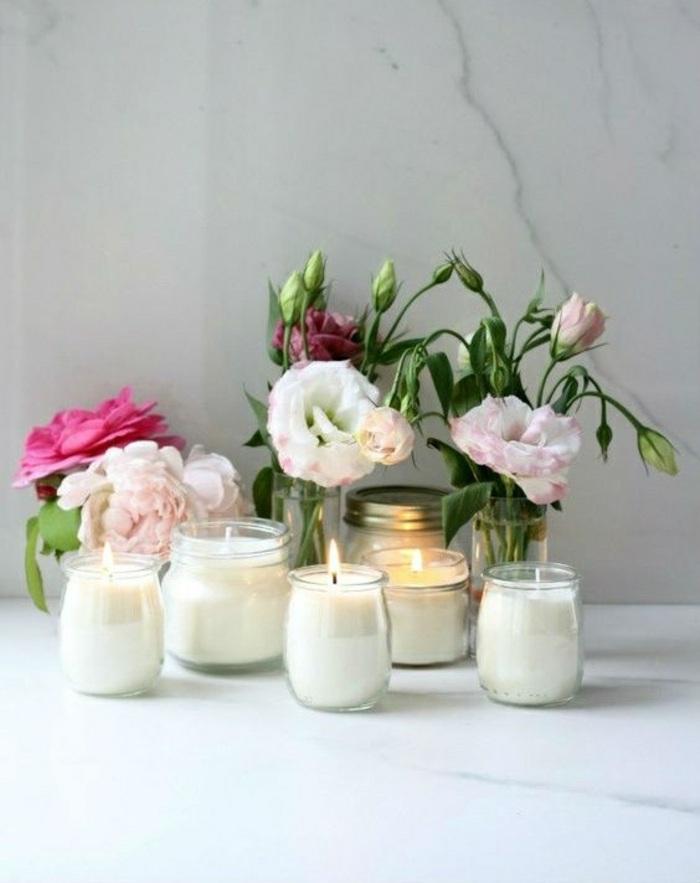 centro de mesa decorativo hecho a mano, frascos de vidrio de diferente forma con velas y flores