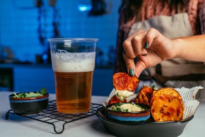 chips casero con dip de mayonesa, verduras y cerveza clara, fotos de aperitivos para hacer en casa, recetas de tapas