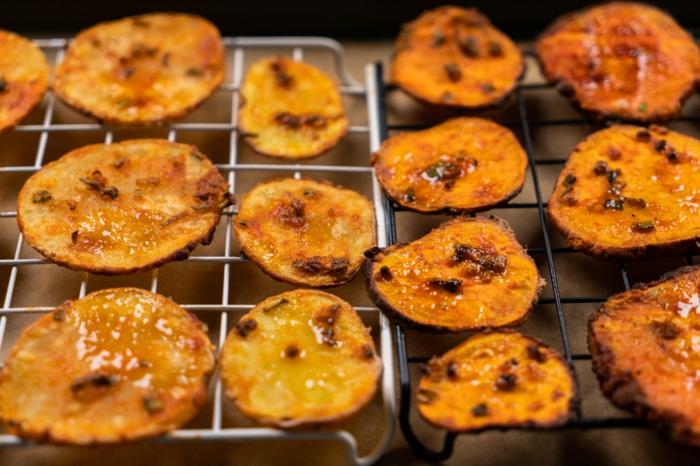 papas fritas en una bandeja con rejilla en el horno, recetas caseras de aperitivos y tapas para nochevieja, recetas paso a paso