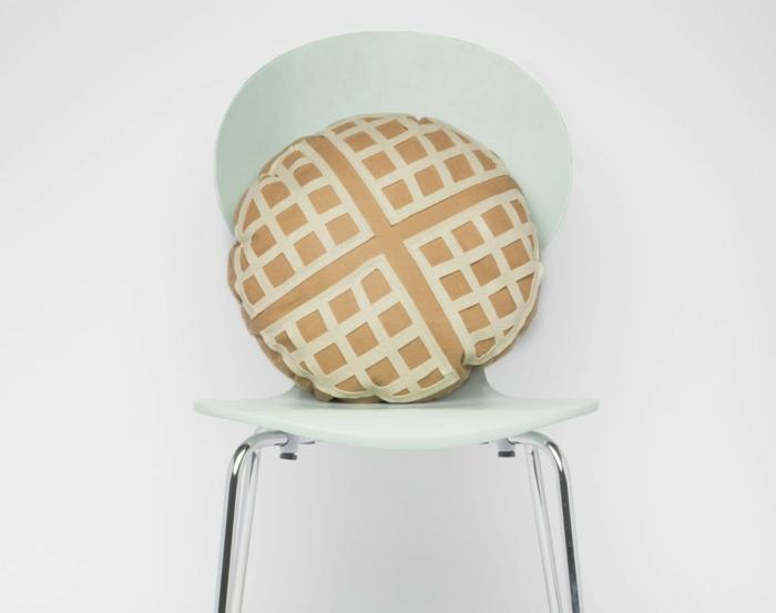 ideas de regalos dia del padre manualidades, preciosa almohada decorativa en forma de gofre hecha de fieltro